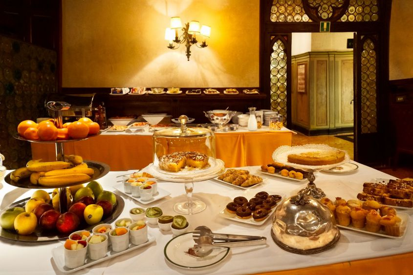 Buffet desayuno Hotel Saturnia & International