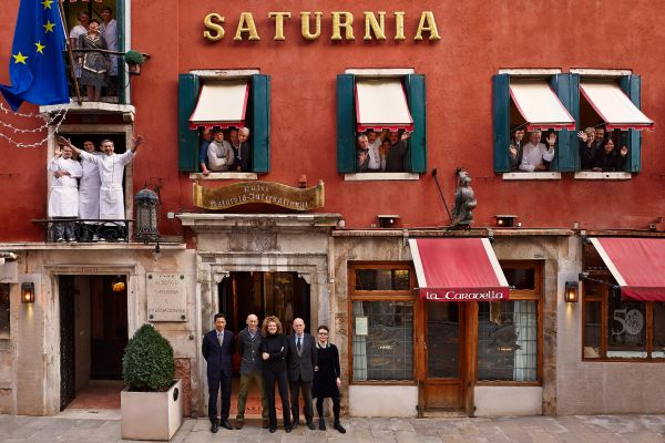 El personal del Hotel Saturnia & International